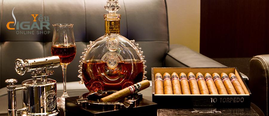 Uống loại rượu nào khi đang nhâm nhi điếu xì gà?